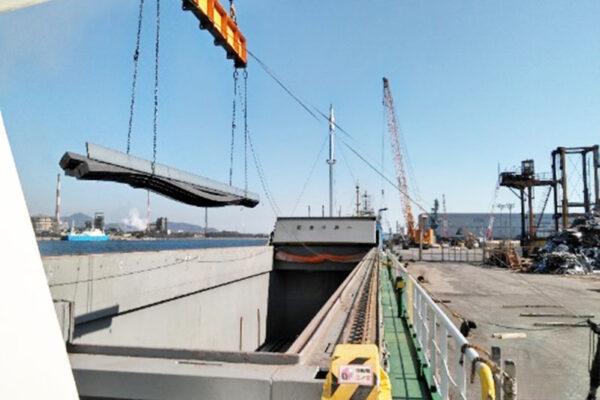 機器類や鋼材の一時保管と船積み